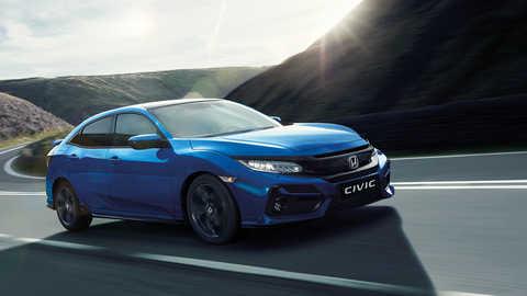 Predný trojštvrťový pohľad na model Honda Civic pri jazde vmestskom prostredí.