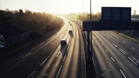 Pohľad na diaľnicu pri západe slnka
