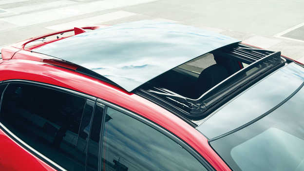 Detailný záber na panoramatickú presklenú strechu