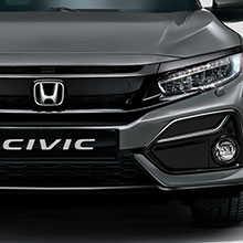Predný trojštvrťový pohľad na model Honda Civic pri jazde pod mostom