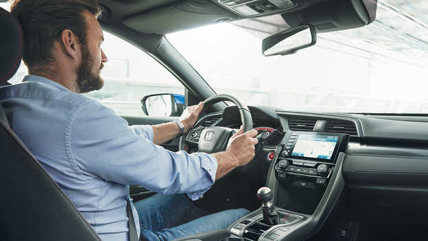 Muž sediaci za volantom