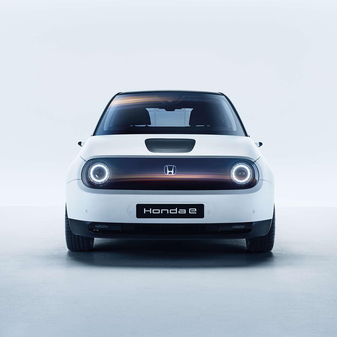 Záber spredu na model Honda e vštúdiu