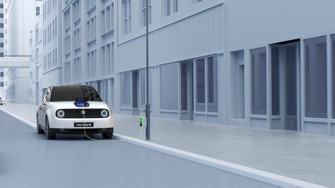 Pohľad spredu na model Honda e, ktorý sa práve nabíja