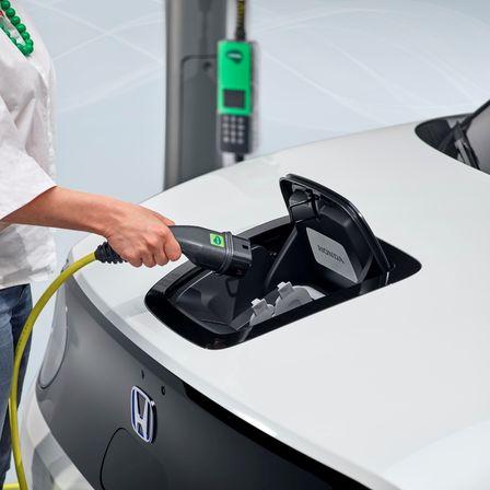 Detailný záber na napájanie modelu Honda Urban EV Concept z akumulátora.