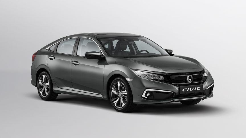 Trojštvrtinový pohľad spredu na model Honda Civic s balíkom príslušenstva Chrome