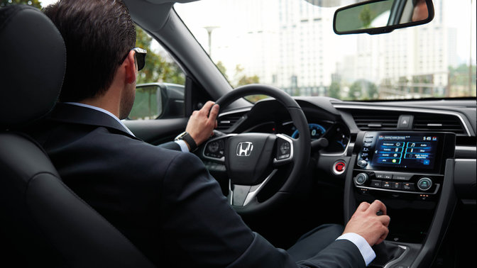 Záber na interiér modelu Honda Civic sedan smanuálnou prevodovkou.
