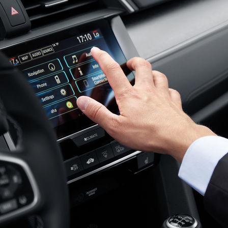 Priblížený pohľad na multimediálny systém 4-dverovej Hondy Civic.