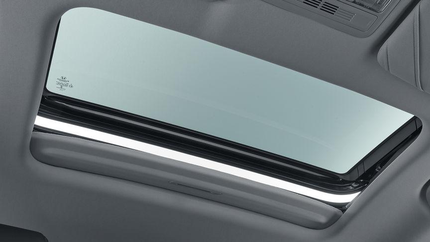 Záber na strešné okno modelu Honda Civic sedan.