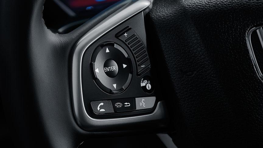 Detailný záber na informačný displej vodiča 4-dverovej Hondy Civic.