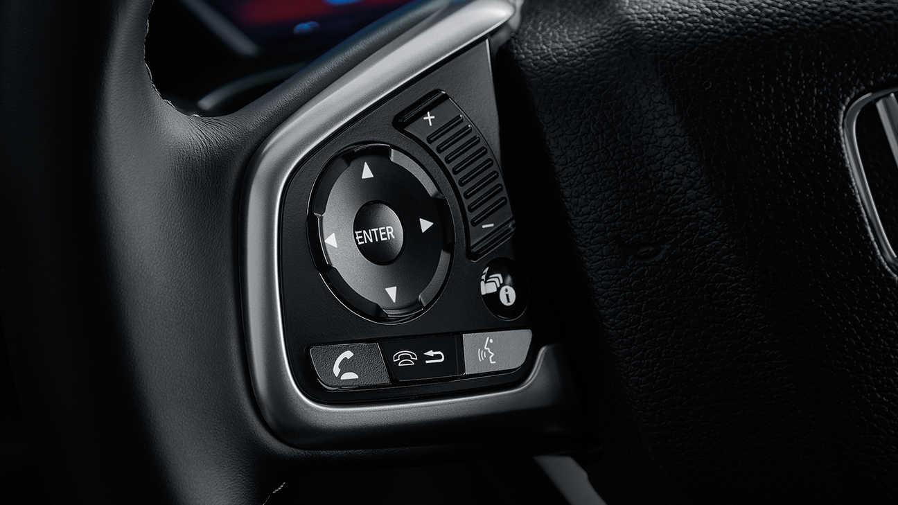 Detailný záber na informačný displej vodiča modelu Honda Civic sedan.