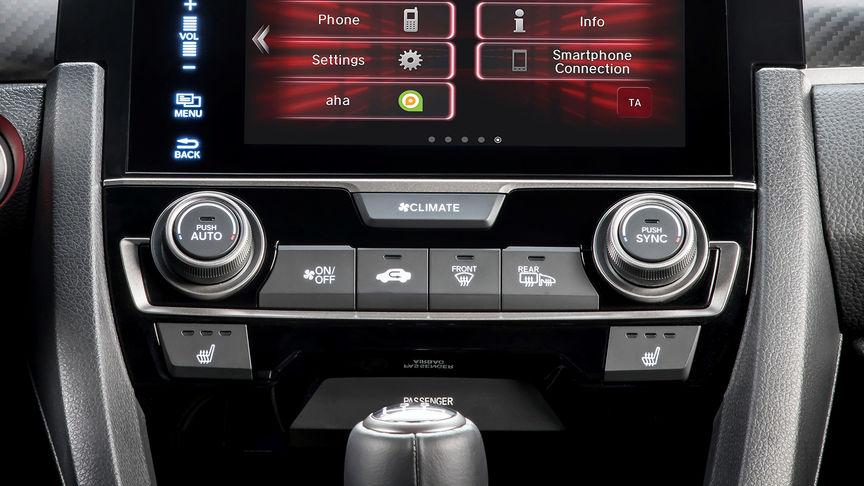 Detailný záber na ovládacie prvky klimatizácie 4-dverovej Hondy Civic.