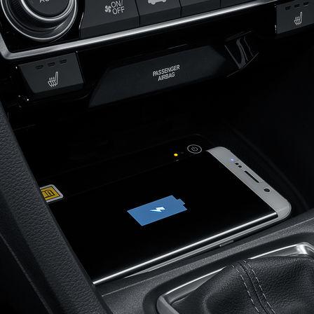 Detailný záber na bezdrôtové nabíjanie 4-dverovej Hondy Civic.