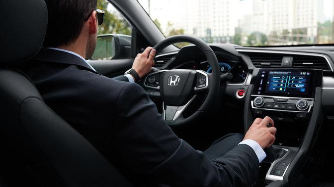 Záber na interiér 4-dverovej Hondy Civic s manuálnou prevodovkou.