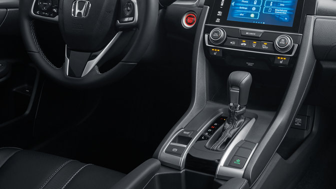 Detailný záber na automatickú prevodovku 4-dverovej Hondy Civic.