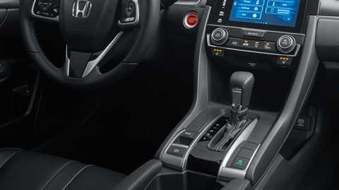 Detailný záber na automatickú prevodovku modelu Honda Civic sedan.