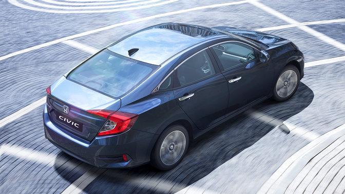 Trojštvrťový záber zozadu zhora na 4-dverovú Hondu Civic.