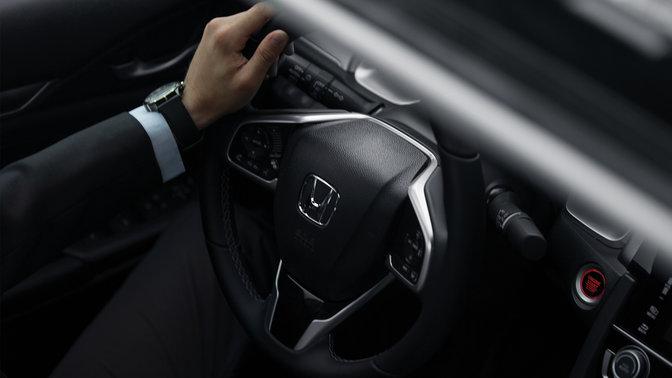 Detailný záber na dvojpastorkový systémom riadenia 4-dverovej Hondy Civic.