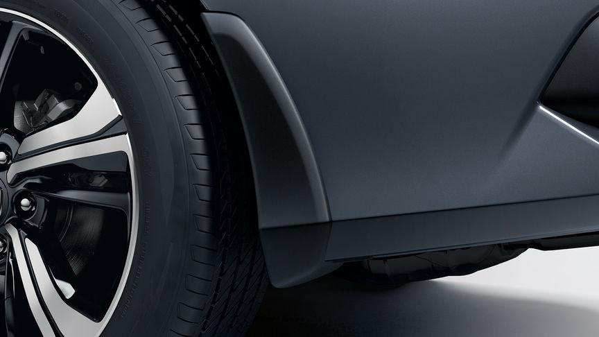 Priblížený pohľad na lapače nečistôt 4-dverovej Hondy Civic.