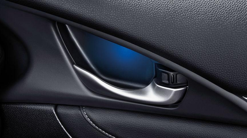 Priblížený pohľad na modré osvetlenie 4-dverovej Hondy Civic.