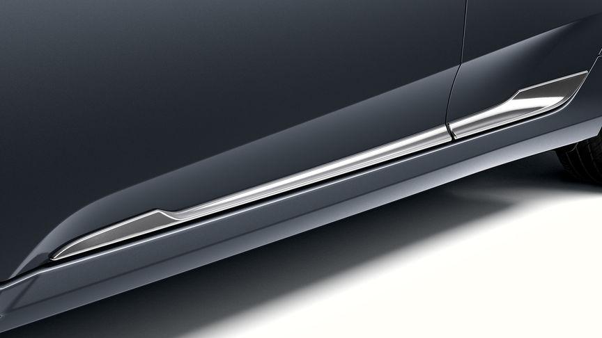 Priblížený pohľad na chrómovú dekoráciu dolnej časti dverí 4-dverovej Hondy Civic.