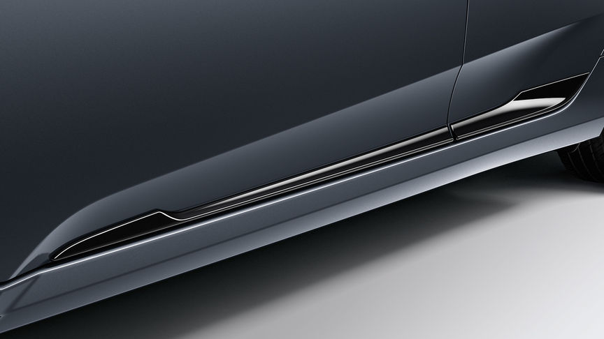 Priblížený pohľad na čiernu dekoráciu dolnej časti dverí 4-dverovej Hondy Civic.