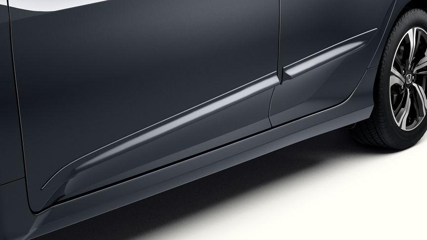 Priblížený pohľad na bočné ochranné lišty 4-dverovej Hondy Civic.