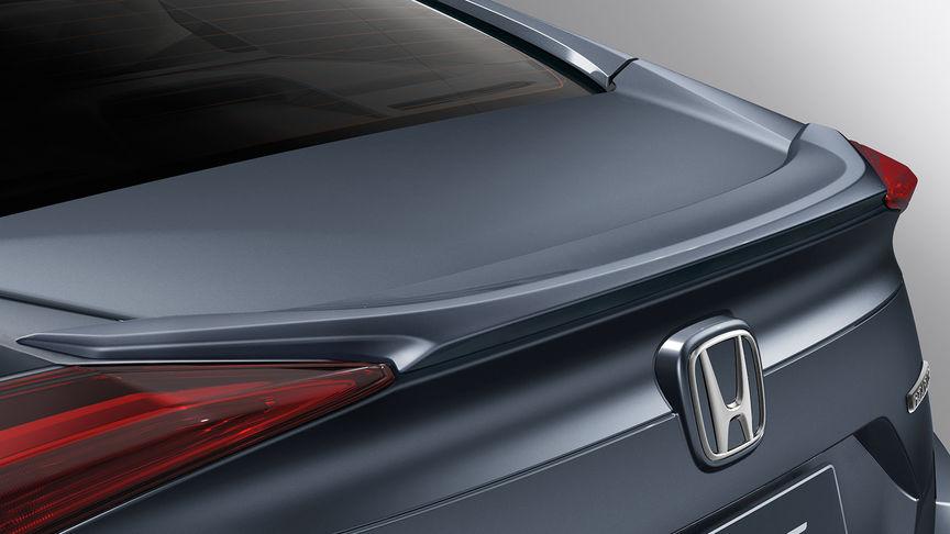 Priblížený pohľad na spojler na veku batožinového priestoru 4-dverovej Hondy Civic.