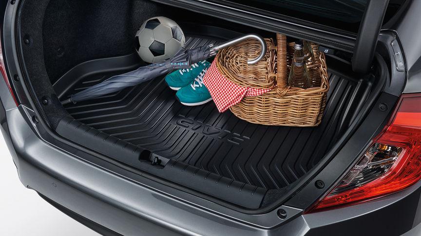 Priblížený zadný trojštvrťový pohľad na 4-dverovú Hondu Civic s vaničkou v batožinovom priestore.