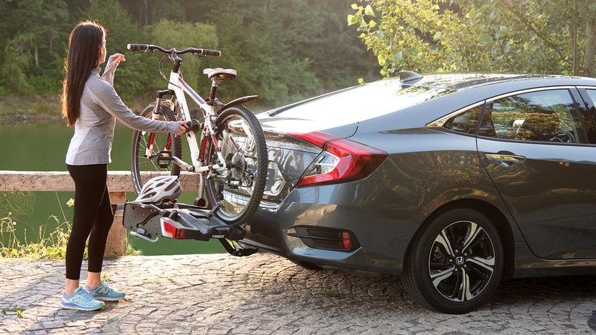 Bočný pohľad na 4-dverovú Hondu Civic s nosičom na bicykle Thule.