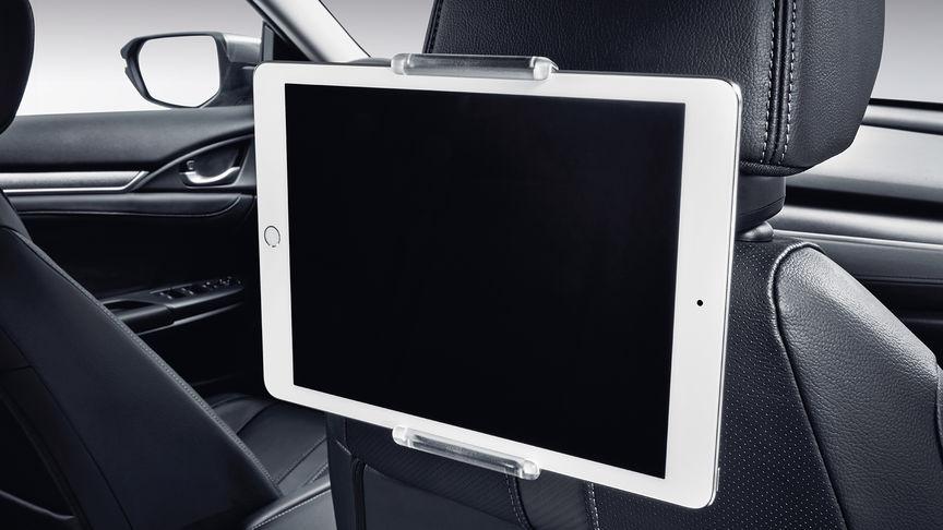 Priblížený pohľad na držiak na tablet 4-dverovej Hondy Civic.
