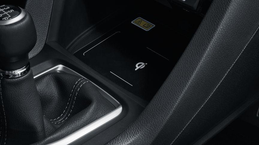 Priblížený pohľad na bezdrôtovú nabíjačku 4-dverovej Hondy Civic.