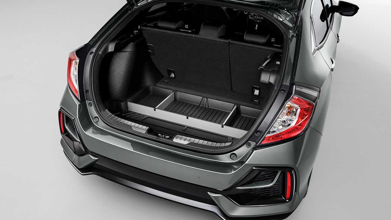 Zadný trojštvrťový pohľad na 5-dverový model Honda Civic sbalíkom Cargo.
