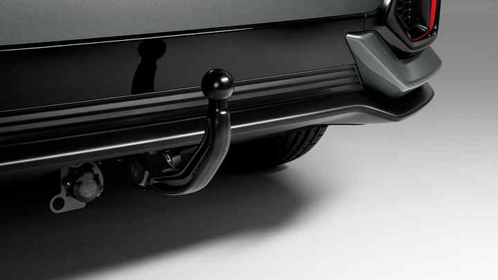 Detailný záber zadných dverí modelu Honda Civic 5D s odnímateľným ťažným zariadením.