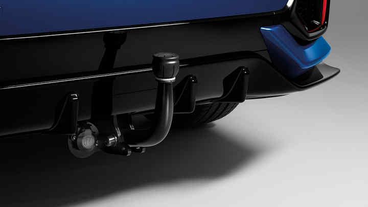 Detailný záber zadných dverí modelu Honda Civic 5D s pevným ťažným zariadením.