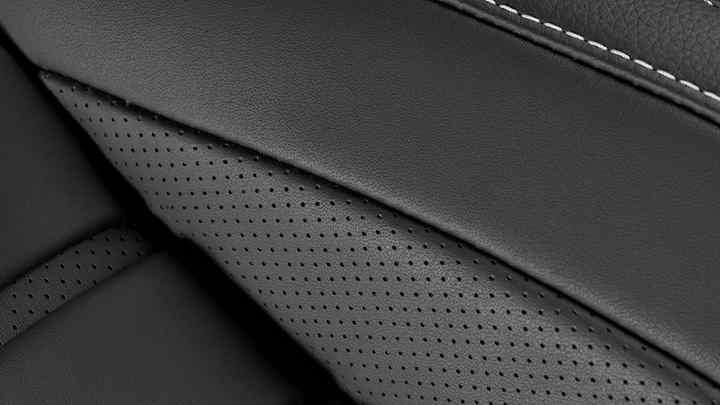 Detailný záber na kožené čalúnenie modelu Honda Civic 5D.