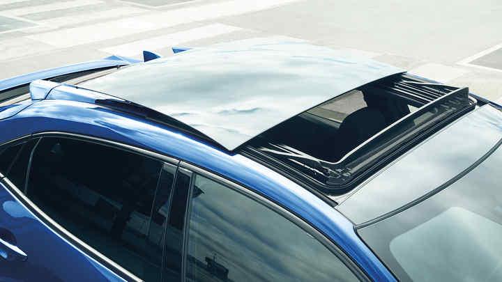 Honda Civic sotvárateľnou sklenenou strechou.