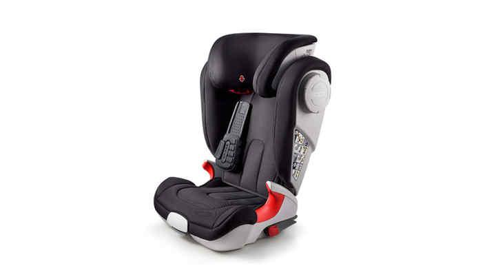 Trojštvrtinový záber zľava na detskú sedačku.