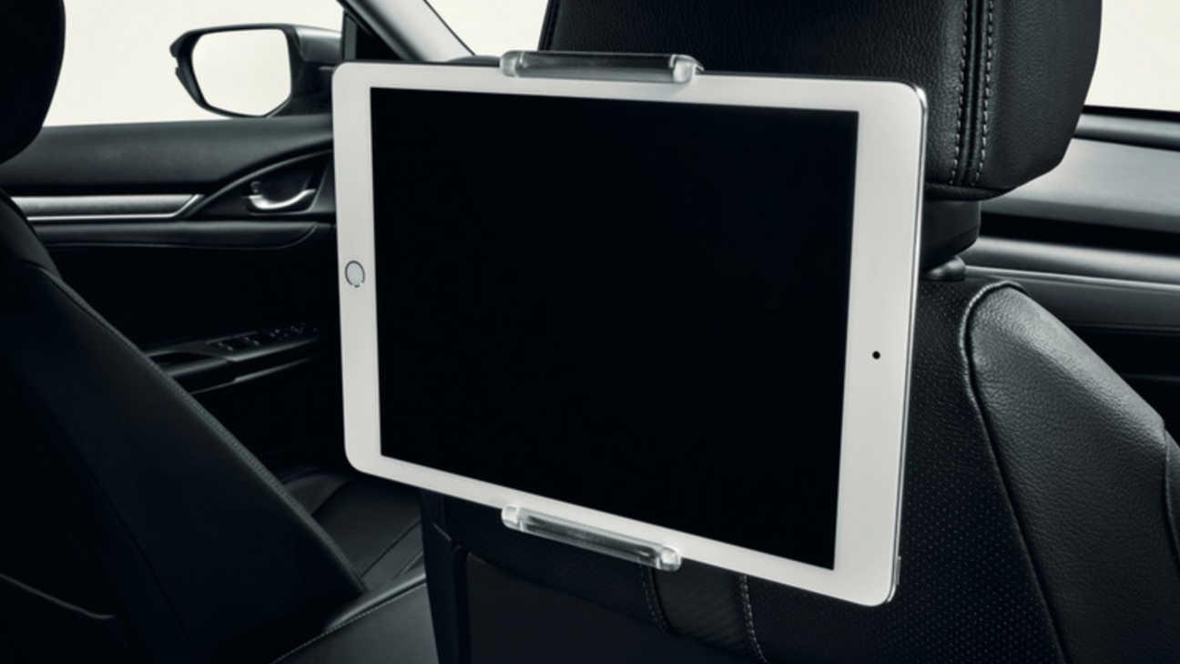 Záber na interiér 5-dverovej Hondy Civic s držiakom na tablet.