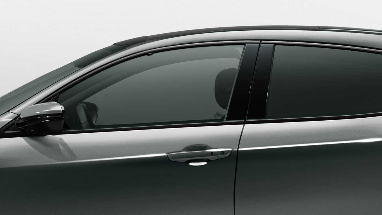 Detailný záber z ľavej strany na predné a zadné okno 5-dverovej Hondy Civic.