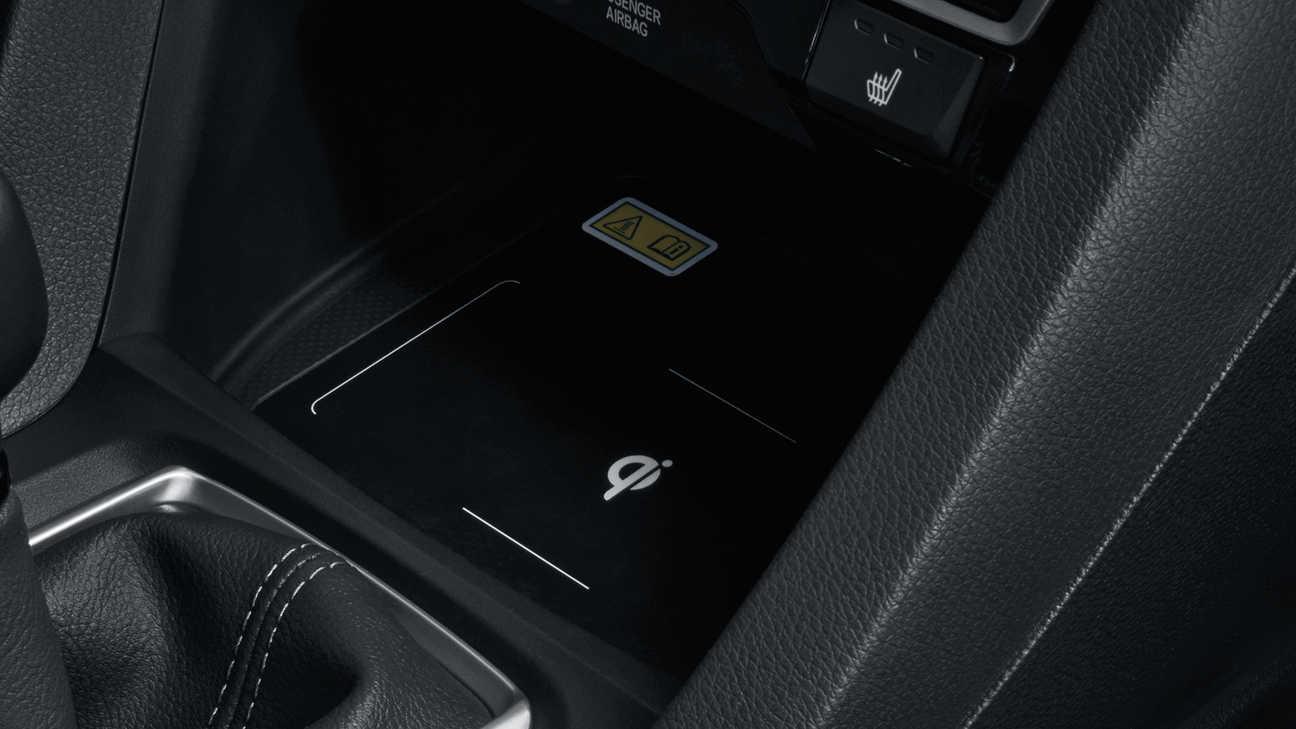 Záber na interiér 5-dverovej Hondy Civic s bezdrôtovou nabíjačkou.