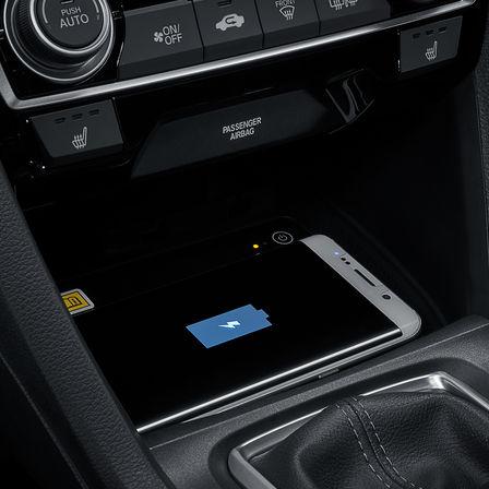 Detailný pohľad na bezdrôtovú nabíjačku 5-dverového modelu Honda Civic s naftovým motorom.