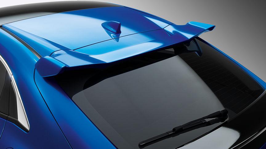 Zadný trojštvrťový detailný pohľad na spojler dverí batožinového priestoru 5-dverovej Hondy Civic.