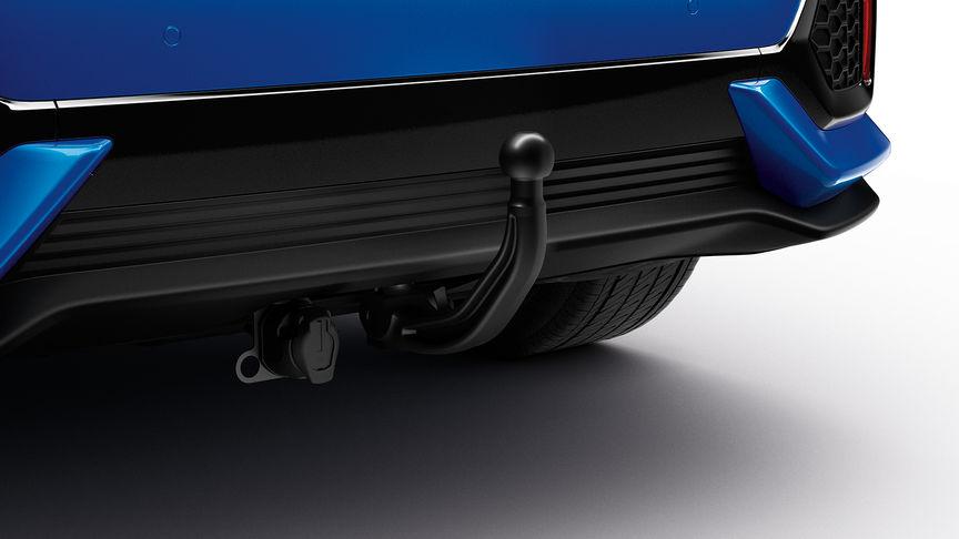 Zadný trojštvrťový detailný pohľad na odnímateľné ťažné zariadenie 5-dverovej Hondy Civic.