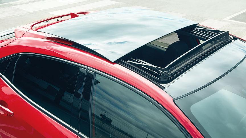 Honda Civic s otvárateľnou sklenenou strechou.