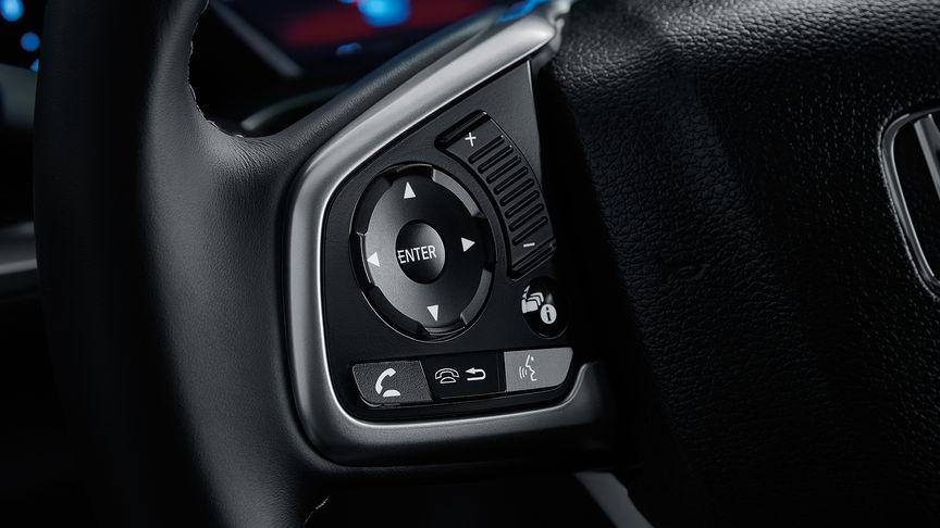 Detailný záber na ovládacie prvky informačného displeja pre vodiča na volante.