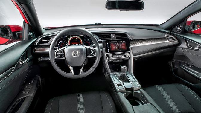 Pohľad vodiča na palubnú dosku v interiéri modelu Honda Civic.