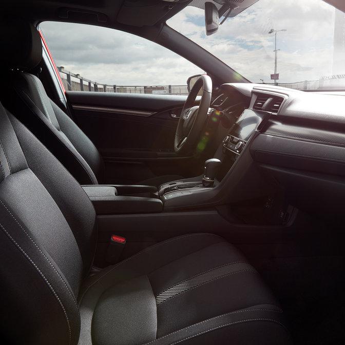 Záber zboku na interiér modelu Honda Civic.