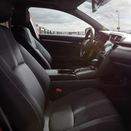 Záber na interiér modelu Honda Civic.