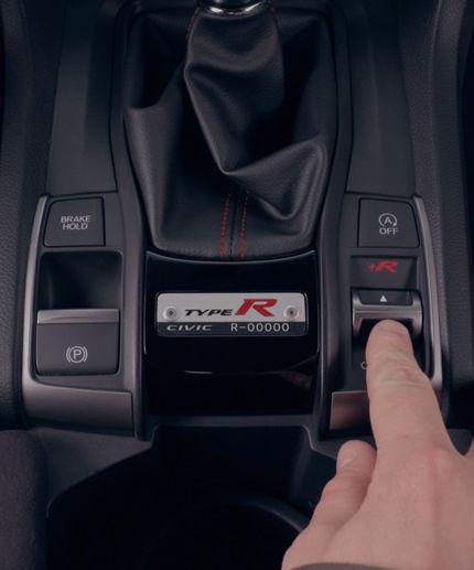 Snímka modelu Honda Civic Type R zobrazuje nastaviteľné režimy jazdy