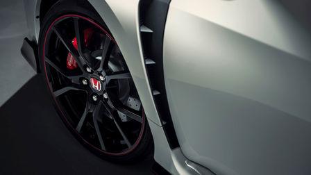 Priblížený pohľad na blatníky a prieduchy vozidla Honda Civic Type R.